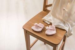 Behandla som ett barn sockor och filt Royaltyfri Foto