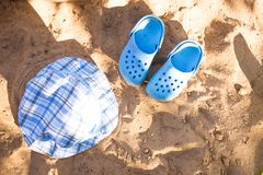 Behandla som ett barn sommarstrandkläderna, bläddra misslyckanden, hatt på sandstranden arkivbilder