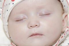 behandla som ett barn sova barn för flickan Arkivbilder