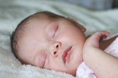behandla som ett barn sovande nyfött Arkivfoto