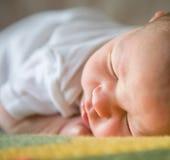 behandla som ett barn sovande nyfött Royaltyfri Foto