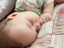 Behandla som ett barn sover royaltyfria foton