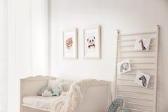 Behandla som ett barn sovrummet som dekoreras med bilder arkivfoton
