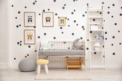 Behandla som ett barn sovrummet som dekoreras med bilder royaltyfria foton