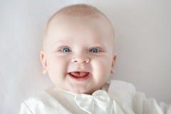 Behandla som ett barn spädbarnet, barnet, ungen som ler babyansikte, behandla som ett barn att le, babyansikte och att le ungen o Arkivfoto
