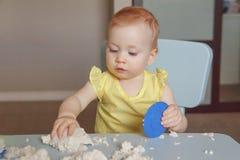Behandla som ett barn spela kinetisk sand royaltyfri foto