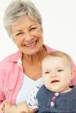 behandla som ett barn ståendepensionärkvinnan Royaltyfri Bild