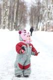 Behandla som ett barn staget på vägen i vinter parkerar Arkivbilder