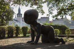 Behandla som ett barn statyn av David Cerny i Kampa parkerar, Prague royaltyfria bilder