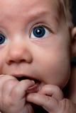 behandla som ett barn stora blåa pojkeögon arkivfoto