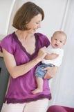behandla som ett barn strömförande moderlokal för holdingen Royaltyfri Foto