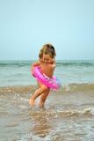 behandla som ett barn stranden Royaltyfri Fotografi