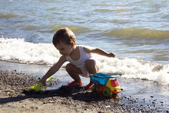 behandla som ett barn stranden Royaltyfria Bilder