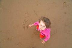 behandla som ett barn stranden tecknar arkivbilder