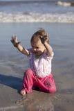 behandla som ett barn strandflickan Royaltyfri Bild