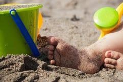 behandla som ett barn strandfoten Arkivbild