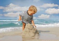 behandla som ett barn strandpojken arkivbilder