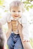 behandla som ett barn sunen för illusytrationen för pojkebuggyoklarheter Royaltyfri Foto