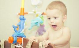 behandla som ett barn sunen för illusytrationen för pojkebuggyoklarheter Royaltyfri Bild