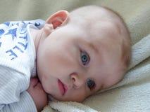 behandla som ett barn sunen för illusytrationen för pojkebuggyoklarheter Arkivbilder