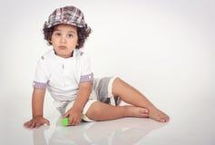 behandla som ett barn sunen för illusytrationen för pojkebuggyoklarheter Arkivfoto