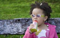 behandla som ett barn svart flickabarn Royaltyfria Bilder