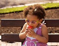behandla som ett barn svart flickabarn Arkivbild