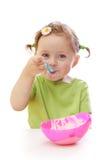behandla som ett barn äta flickayoghurt Royaltyfri Fotografi