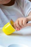 behandla som ett barn äta yoghurt Royaltyfria Foton