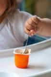 behandla som ett barn äta yoghurt Arkivfoton