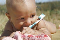 behandla som ett barn tandborsten arkivfoto