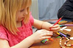 behandla som ett barn tecknar flickan arkivbilder