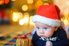 Behandla som ett barn till locket för Santa Claus ` s Fotografering för Bildbyråer