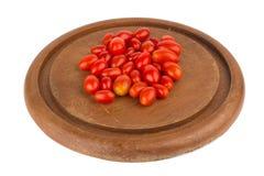 behandla som ett barn tomater på att hugga av som isoleras på vit bakgrund Royaltyfri Foto