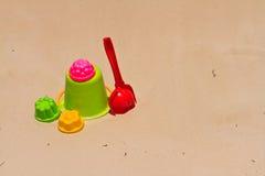 Behandla som ett barn toys på sandstrand Royaltyfri Foto
