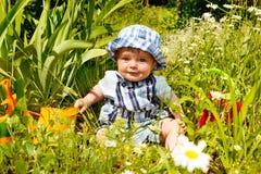 behandla som ett barn trädgården Arkivfoto