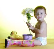 behandla som ett barn trädgårdsmästaren Arkivfoto