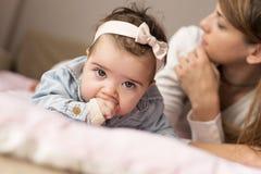 Behandla som ett barn tugga henne händer Arkivbild