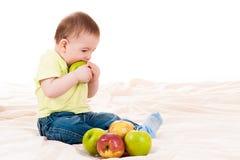 Behandla som ett barn tuggor äpplet Arkivfoton