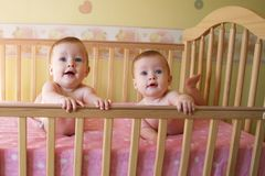 behandla som ett barn tvilling- flickor Arkivbilder