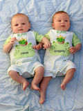behandla som ett barn tvilling- pojkar Royaltyfria Bilder