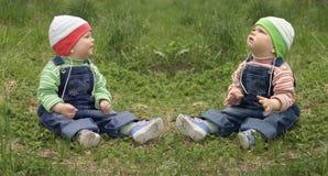 behandla som ett barn tvilling- pojkar arkivbild