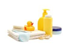 Behandla som ett barn tvål, talkpulver, kräm och annan badrumtillbehör Fotografering för Bildbyråer