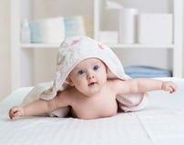 Behandla som ett barn under handduken i sovrum efter bad eller duscha Textil och sängkläder för barn royaltyfri fotografi