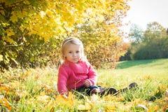 behandla som ett barn under trädet Royaltyfri Bild