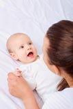 behandla som ett barn underlagmodern Härligt le som är gulligt, behandla som ett barn Arkivfoto