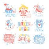 Behandla som ett barn uppsättningen för mallar för designen för barnkammarerumtrycket i gulligt flickaktigt sätt med textmeddelan Royaltyfria Foton