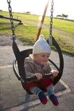 behandla som ett barn utomhus- swing Arkivbilder