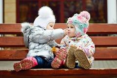 Behandla som ett barn vänner på bänken Royaltyfria Bilder