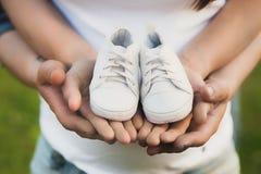 Behandla som ett barn väntande födelse för den unga vita familjen av deras första Arkivfoto